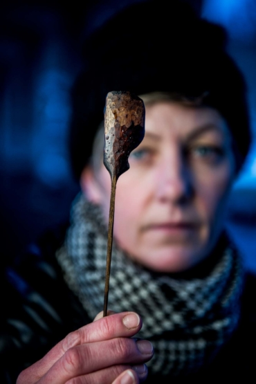Marie Eklund vissar fram en sked med krokigt blad.