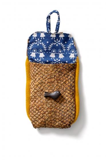 En liten börs av laxskinn, fodrat med blått bomullstyg och med gula passpoaler i kläde.
