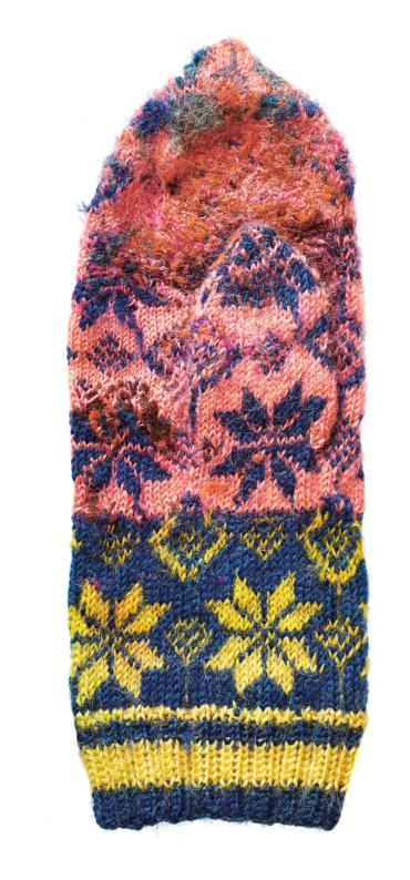 Sliten vante i rosa, blått och gult med mönster av åttabladsrosor.