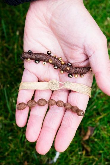 Armband gjorda i blont och brunt hår.