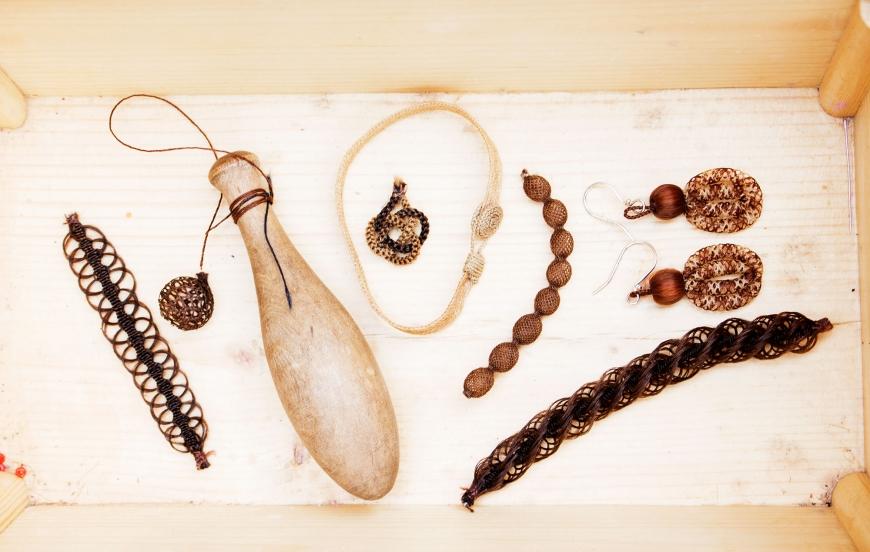 Smycken gjorda i blont och brunt hår.