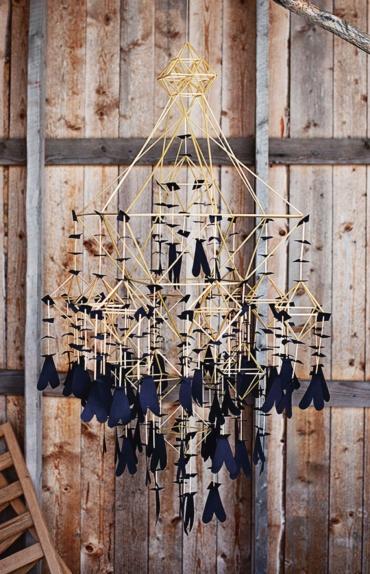 Halmkrona med dekorationer i mörkblått papper.