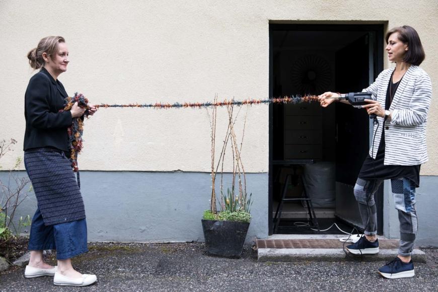 Katarina Evans och Katarina Brieditis tvinnar en löst bunden stadkant med borrmaskin.