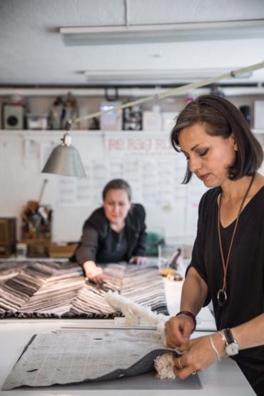 Katarina Evans och Katarina Brieditis jobbar i ateljén.