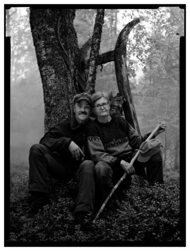 Åke Åström och Karin Gunnarsdotter sitter vid ett träd.