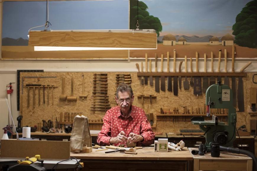 Thomas Lundqvist i sin verkstad med mängder av verktyg på väggarna.