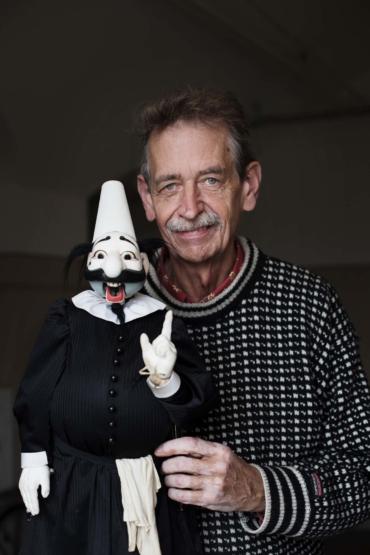 Porträtt av Thomas Lundqvist med en av sina dockor.