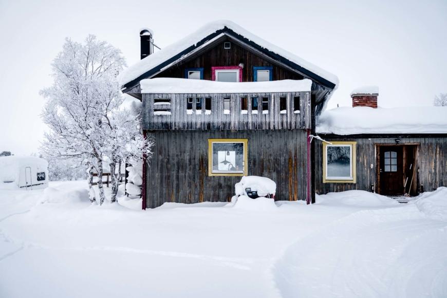 Hus i snö.