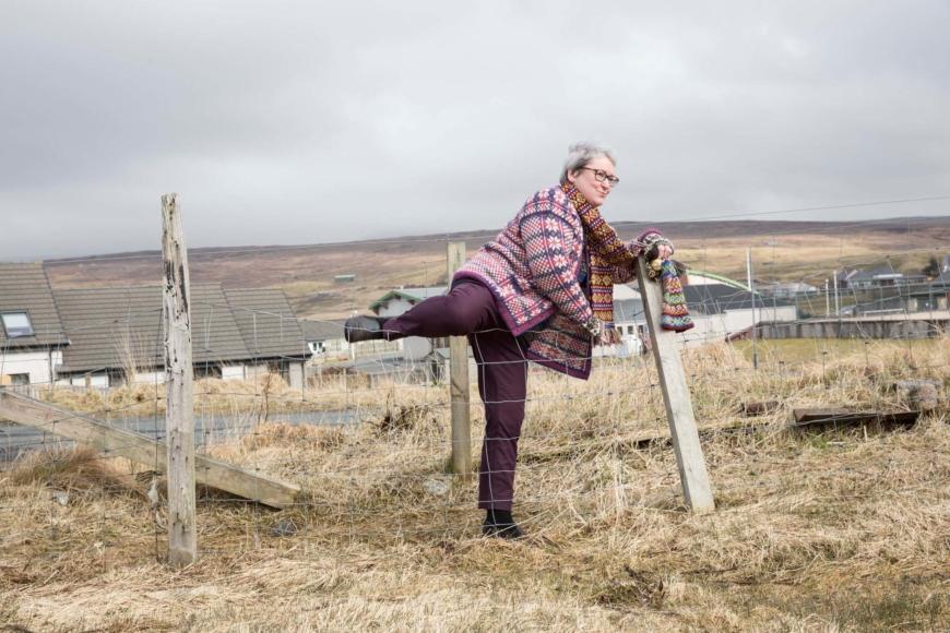 Hazel Tindall klättrar över ett staket.