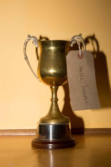 Pokal med en papperslapp som det står Hazel Tindall på hängande från handtaget.