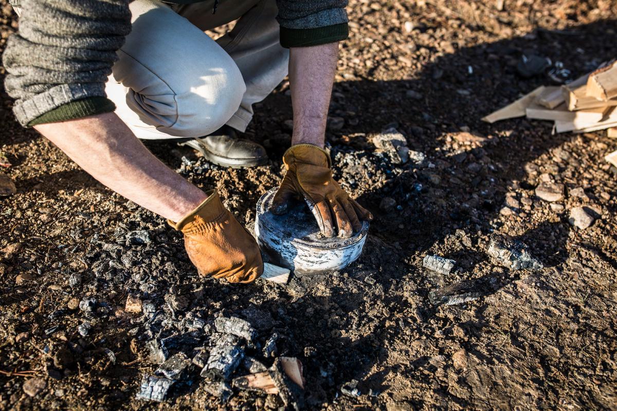 Juha Rankinen gräver fram kakburken