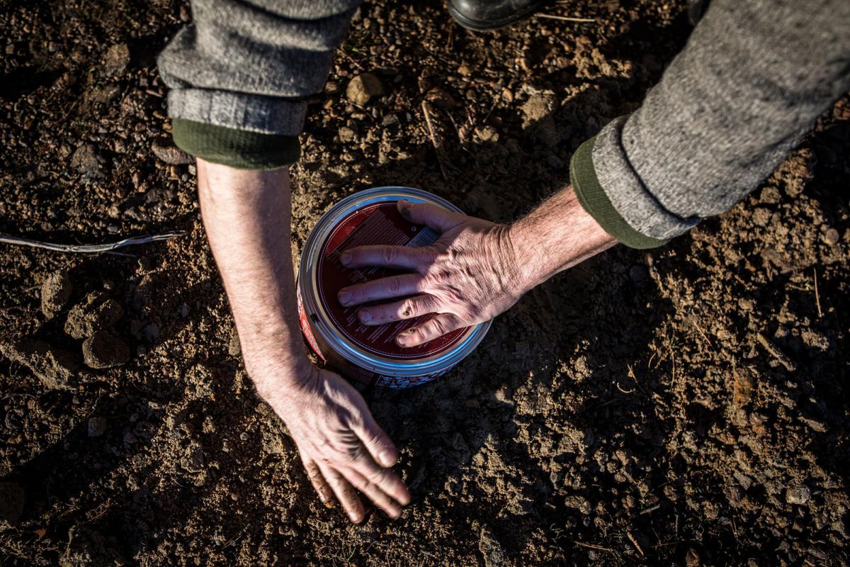 Juha Rankinen gräver ned kakburken