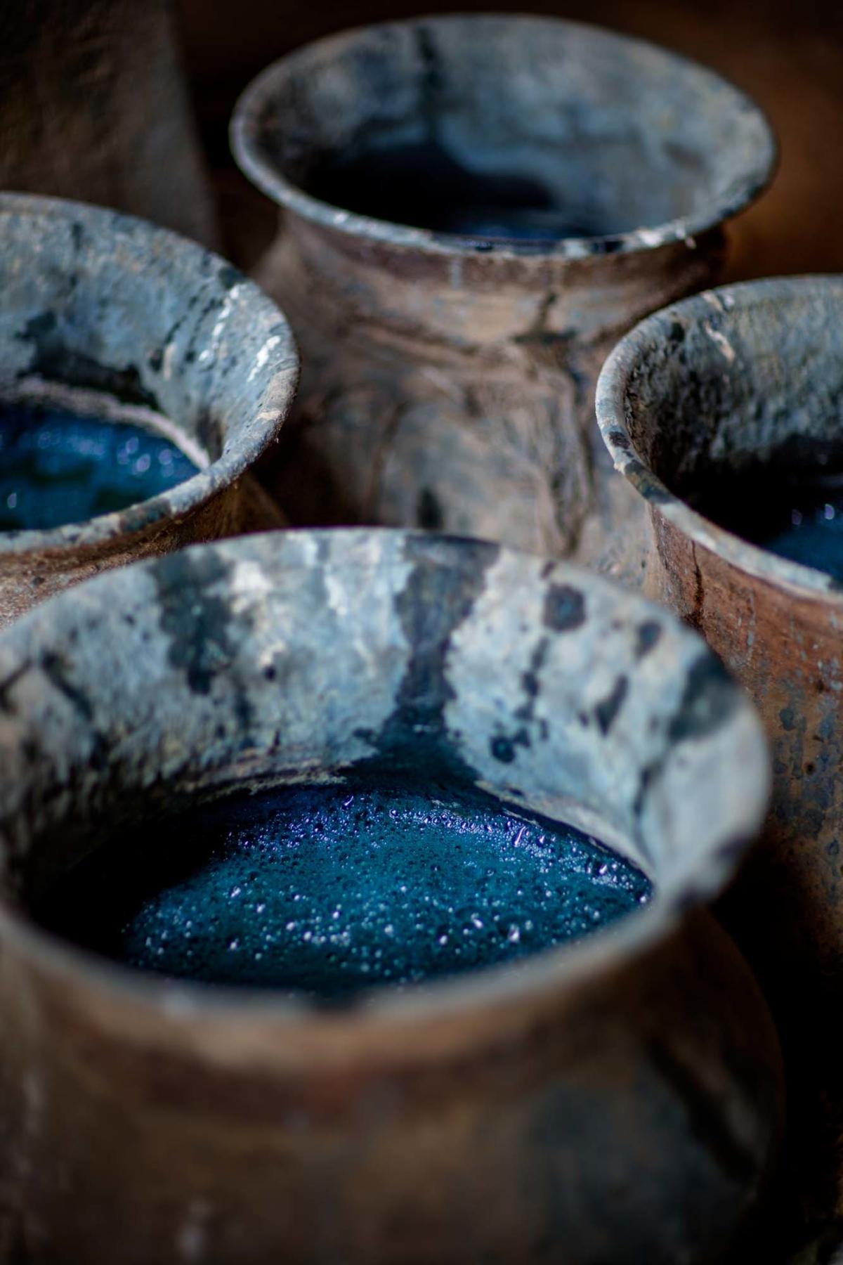 Flera lerfat med indigofärg.
