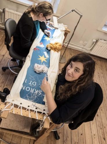 Konstbrodösen Viola Edin och kollegan Anna Eriksson vid sybågen på Handarbetets Vänner.