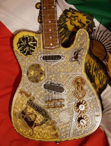 Gitarr med utsmyckningar.