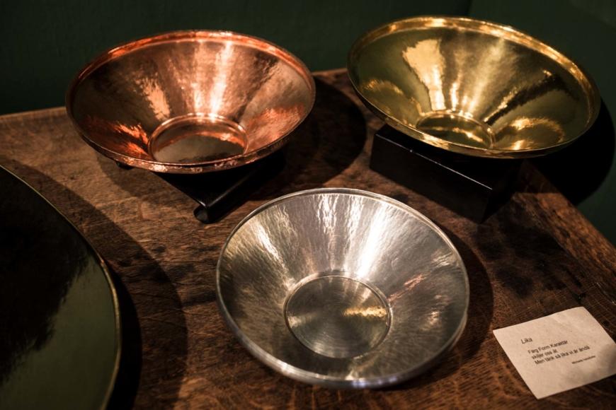 Tre skålar i vardera koppar, mässing och tenn.