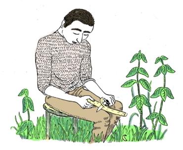 En man sitter och täljer på en pinne.