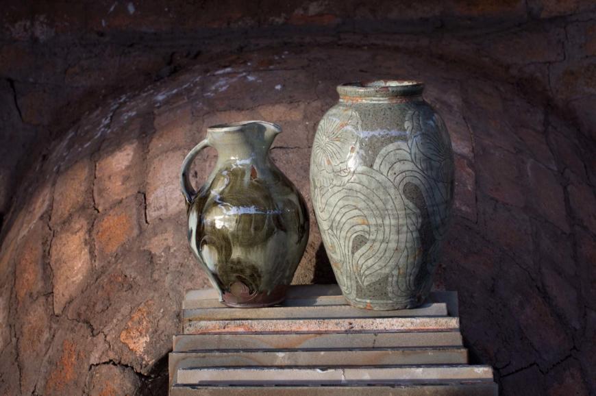 En kanna och en vas i keramik med brungrå glasyr.