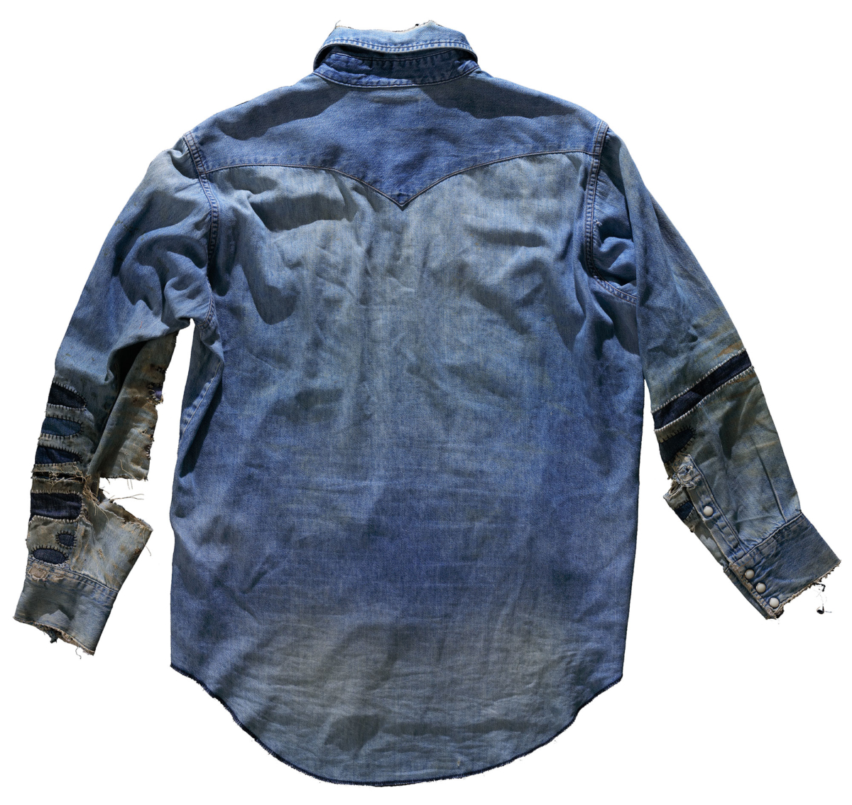 Väldigt sliten och lappad jeansskjorta. Baksida.