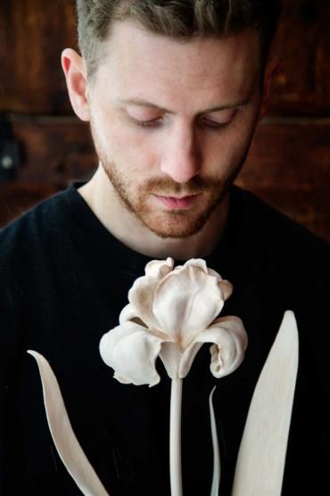 Karl Sjögren med en iris skuren i lindträ