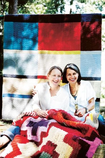 Katarina Evans och Katarina Brieditis, framför en av Re Rag Rugs mattor