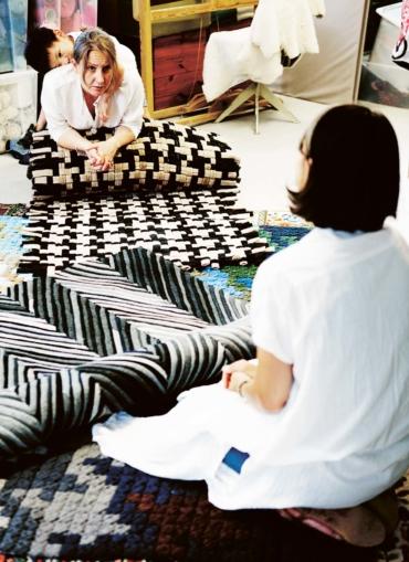 Katarina Evans och Katarina Brieditis, med två svartvita mattor