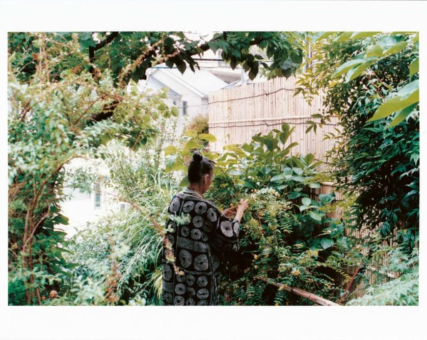 Hisako Hagiwara i sin trädgård.