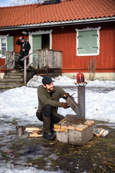Pär Plüschke kokar kaffe på raketspisen som Henrik Elmqvist svetsat vid Bergholmstorpet i Skarpnäck.