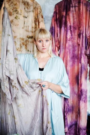 Karin Bjurström visar upp några av sina kimonor.