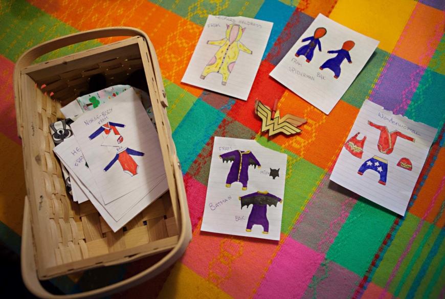 Skisser på bebiskläder.