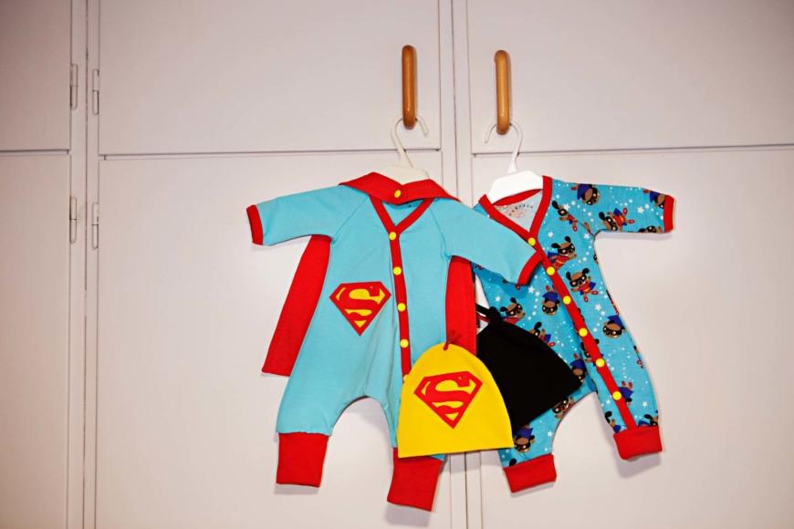 Två set bebiskläder.